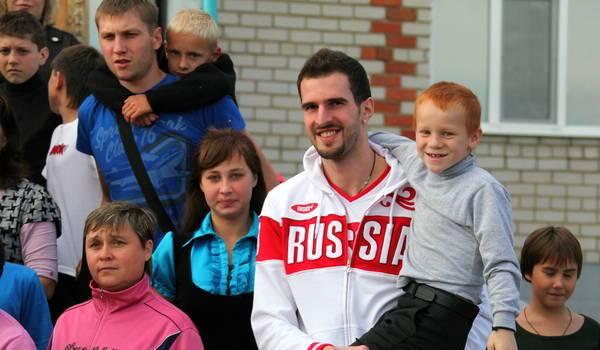 Зенитовцы посетили детский дом (Фото: М.Бадыкшин)