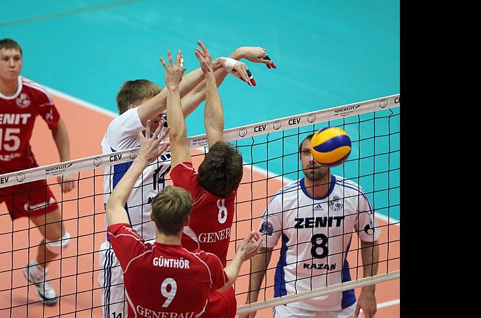 Александр Абросимов забивает переходящий мяч